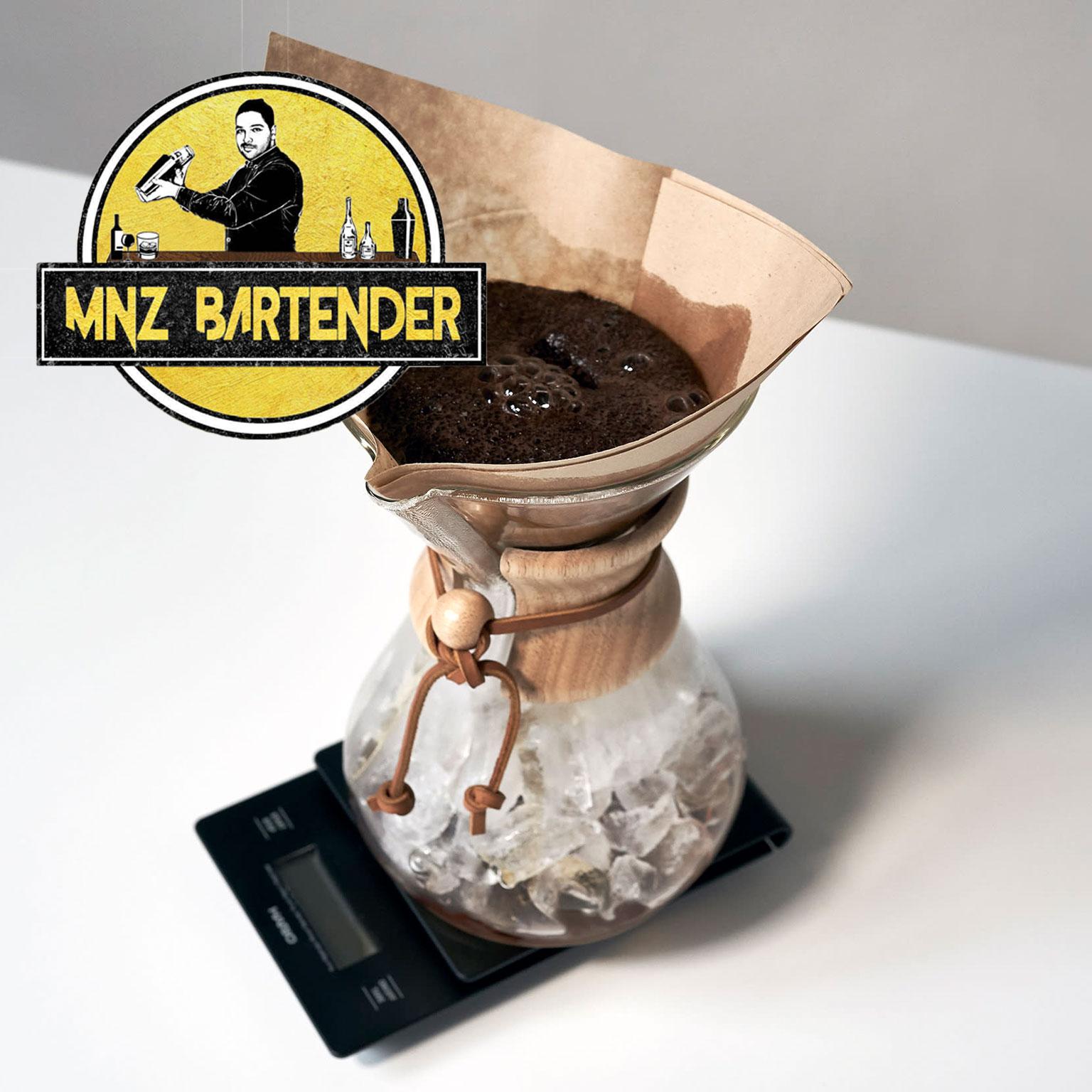 گذاشتن فیلتر قهوه برای آیس کافی