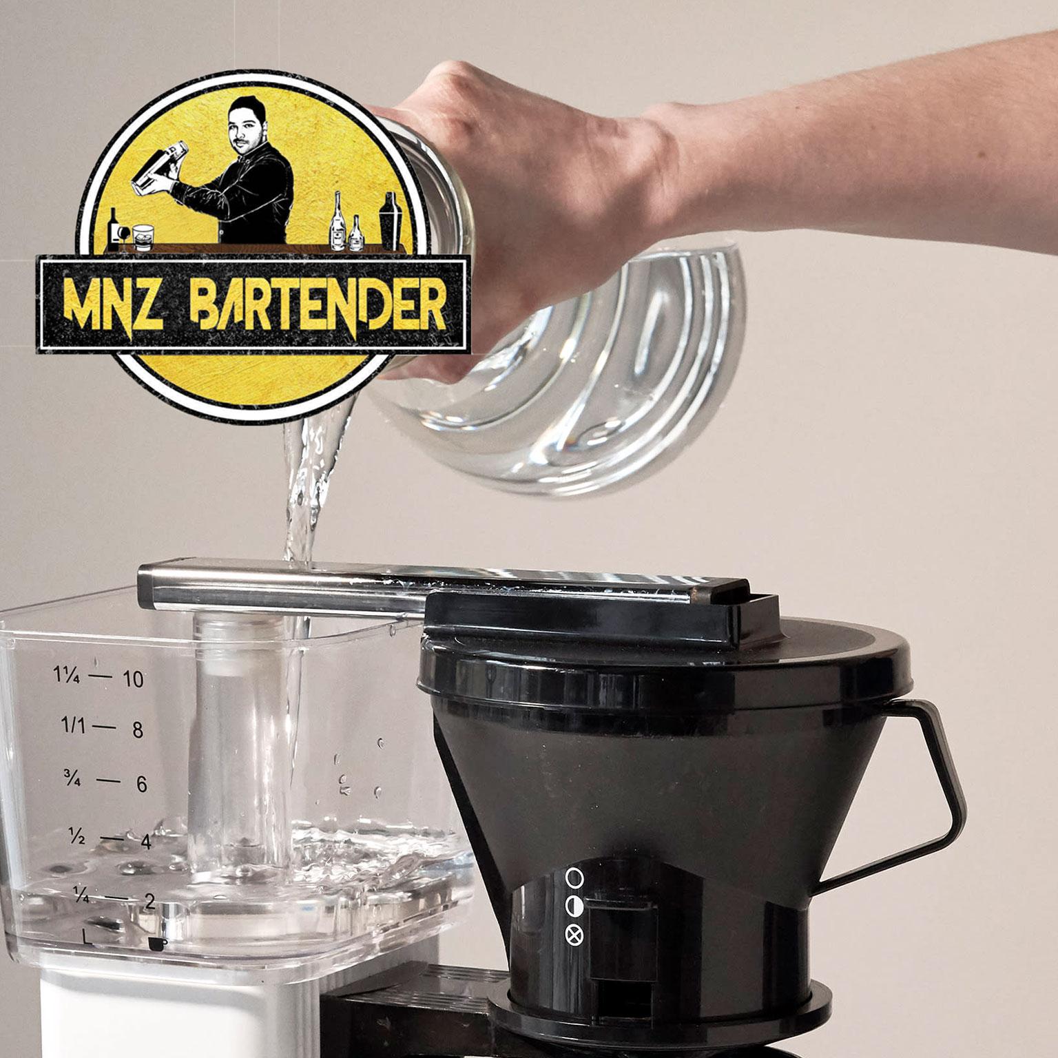 برای تهیه ی آیس کافی آب در مخزن آب قهوه ساز قطرهای خود بریزید
